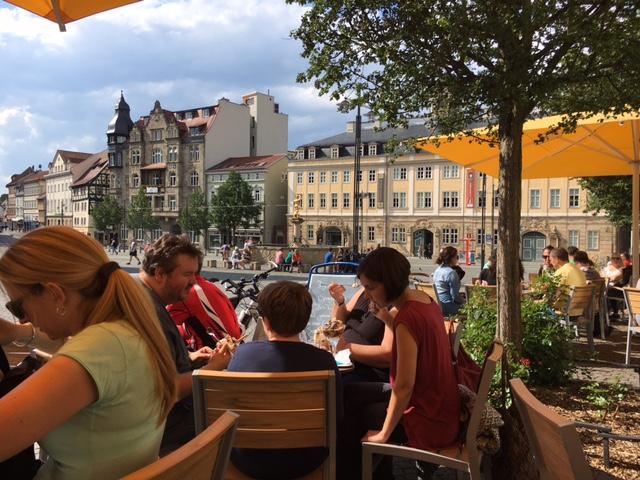 Menschen in einem Café in Eisenach