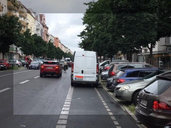 Lieferwagen auf Fahrradstreifen in Uhlandstraße