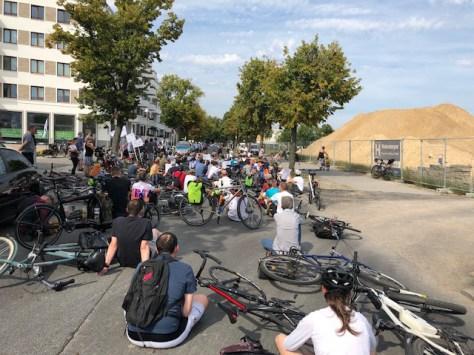 Radfahrer sitzen auf der Goltzstraße in Spandau-Hakenfelde  Foto: Link