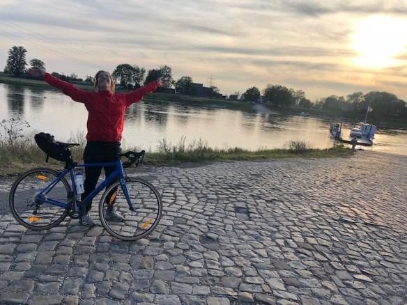 Rennradfahrerin an der Elbefähre bei Barby/Sachsen-Anhalt
