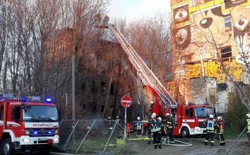 Die Löscharbeiten erfolgten hauptsächlich über eine Drehleiter der Berufsfeuerwehr. Der Zugang zum Areal und zum brennenden Haus wurde durch etliche Bäume behindert. Sie wurden gefällt. (Foto: xkn)