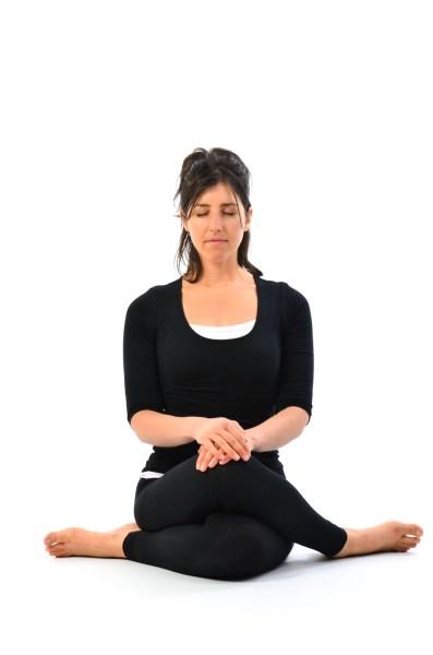 Hero's-Meditation-Pose-Dhyana-veerasana