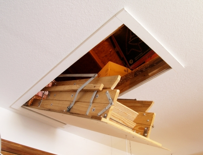 For a folding ladder, it is important that it is placed in the hatch