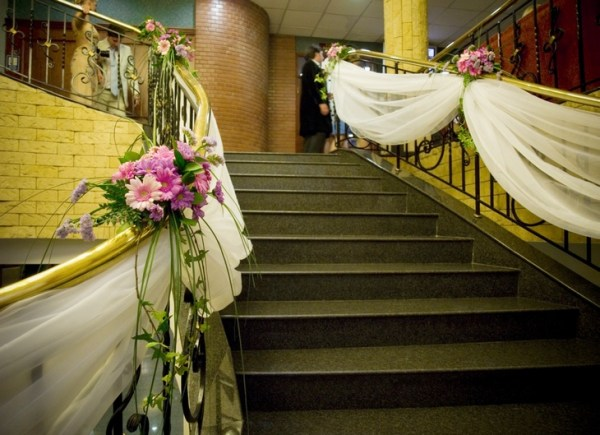 Decorate the staircase for wedding and other celebrations