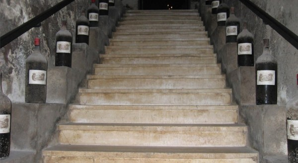 Robust and secure basement staircase with monolithic steps