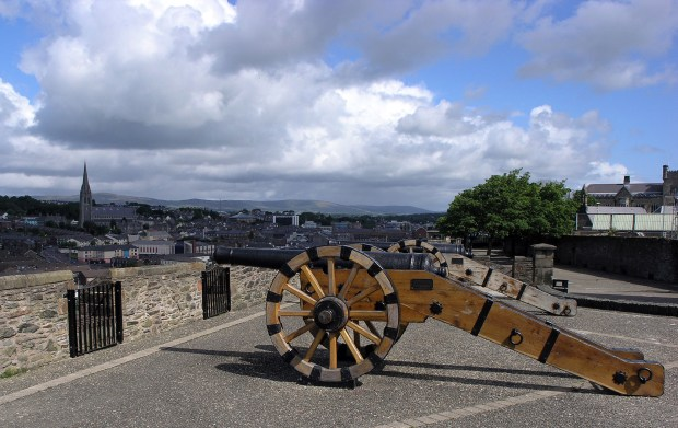 1920px-Cannon_on_Derry_City_Walls_SMC_2007
