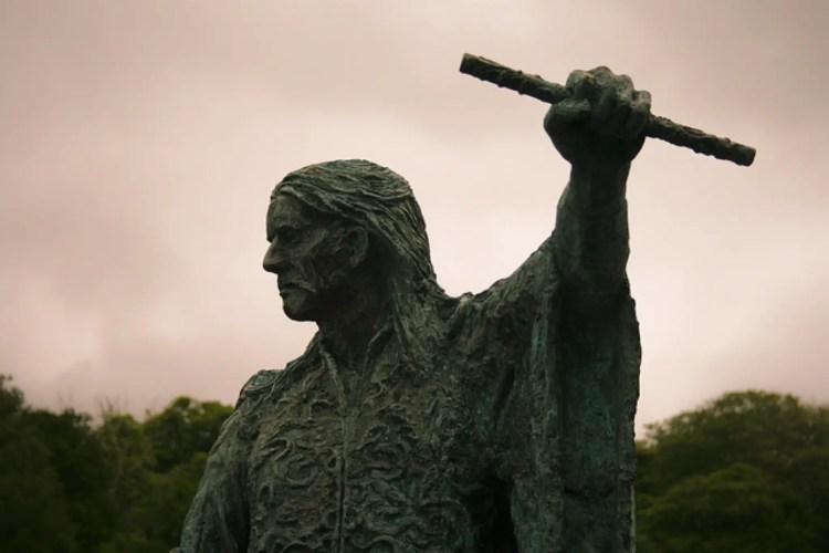 red-hugh-statue