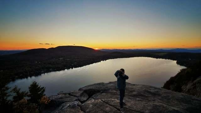 coucher de soleil au sommet du mont pinacle dans les cantons de l'est