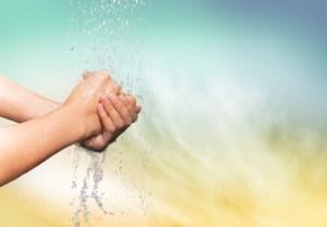 persona-si-lava-le-mani