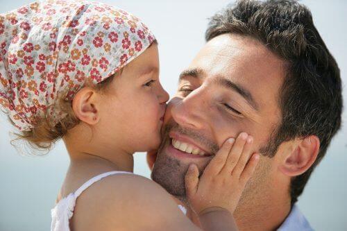 Il fanatismo ideologico che odia i baci paterni