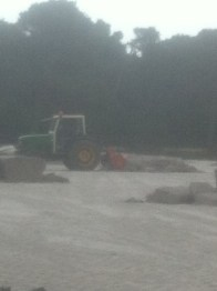 ... och en maskin fördelar ut textilmassan över sanden
