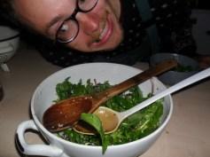 tradiționala salată de primăvară cu primele frunze din curte, grădină și pădure
