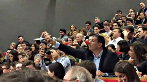 Никола Сандуловић показује диск у Лондонској школи за економију