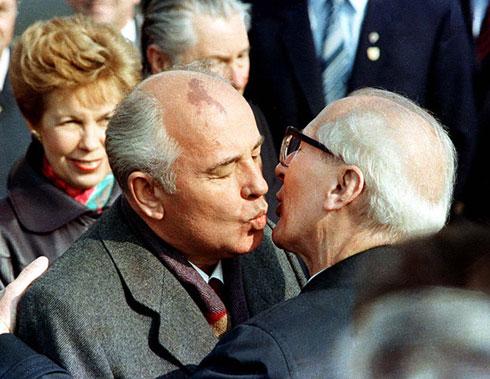 Совјетског лидера Михаила Горбачова (и његову жену Раису) пољупцем је дочекао источнонемачки лидер Ерих Хонекер, на прослави 40 година Источног Берлина, 6. октобра 1989. (Reuters)