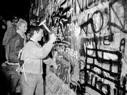 """""""Зидокљуцач"""" Зида у близини Бранденбуршке капије,  9. новембра 1989.  (Reuters / Fabrizio Bensch)"""