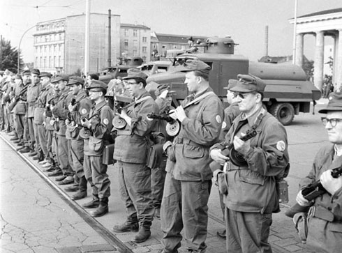 Источнонемачке борбене групе радника затварају границу 13. августа 1961, у склопу припреме изградње Берлинског зида (wikipedia.org/German Federal Archive)