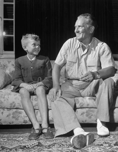 Перо као мали са другом Титом (Извор: Усташопедија)