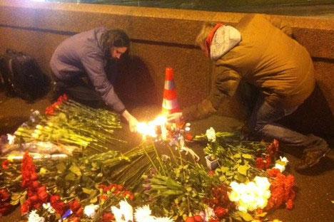 Људи доносе цвеће и свеће на место погибије. Извор: Mediazzzona/Twitter