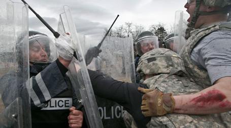 Урошевац, 27.03.2015 - амерички војници из састава НАТО-мировних снага на Косову и Метохији (Kosovo Force - KFOR) и припадници Полиције Косова током данашње вежбе смиривања демонстрација, у близини Урошевца