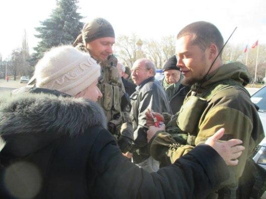 Становници Донбаса грле војнике из Русича и захваљују се што их штите од фашиста