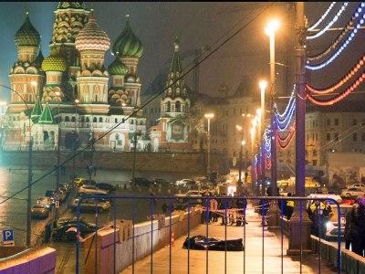 """Прим. СС: На фотографији Немцов лежи мртав, право пред Кремљом – тако да и најглупљи на Западу добију жељену """"поруку"""", чак и да им њу није сервирало хиљаде самоуверених гласова... (Кликните на слику за увећање)"""
