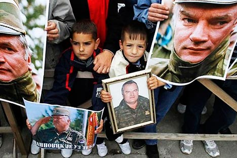 Протест у знак подршке Ратку Младићу у насељу Калиновик 29. маја 2011. (Фотографија: Reuters)