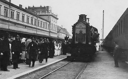 """Испраћај посмртних остатака краља Александра из Загреба, октобар 1934. године; на локомотиви воза пише: """"Чувајте ми Југославију""""; фото: """"audioifotoarhiv.com"""""""