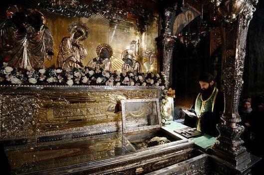 Молебан код моштију преподобног Сергија. Тројице-Сергијева лавра. (Фото: Патриархия.ru)
