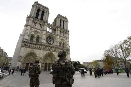 Војска испред катедрале Нотр дам
