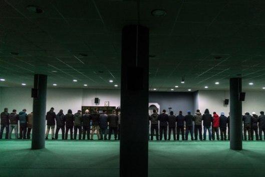 Вечерња молитва у џамији радикалног имама Муслијуа, на периферији Приштине (Фото: Andrew Testa for The New York Times)