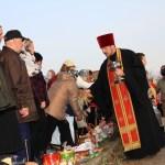 Освящает настоятель Свято-Никольской церкви протоиерей Александр Микицкий... Пасха в Станьково - 2012