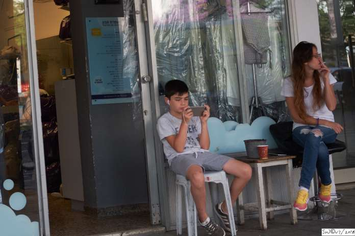 Fag and cellphone