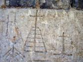 Pilgergraffiti, Croix relevée oder Croix d'archange an der Fassade der Kirche Saint-Pierre. Eigenes Foto, Lizenz: CC by-SA/ Creative Commons Attribution-Share Alike 3.0 Unported