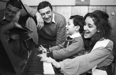 Тамара Гвердцители с первым мужем и сыном. Фото