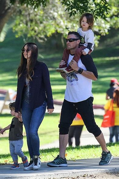 Меган Фокс с мужем Брайаном и детьми