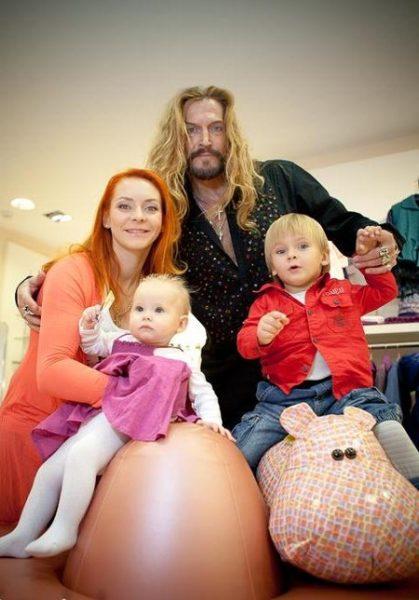 Никита Джигурда с женой Мариной Анисимовой и детьми. Фото