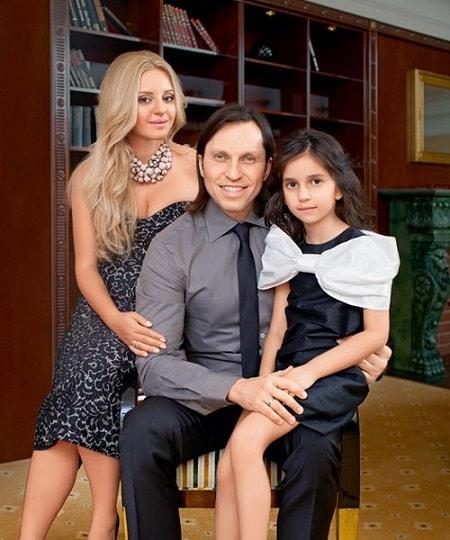 Александр Ревва с женой и дочерью. Фото