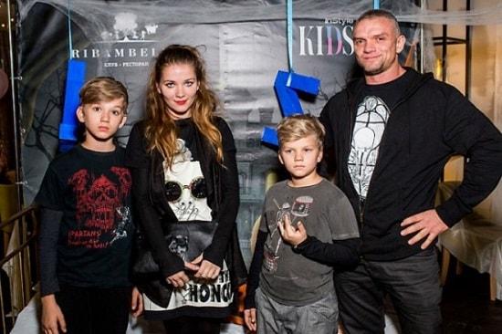 Владимир Епифанцев и Анастасия Веденская с сыновьями