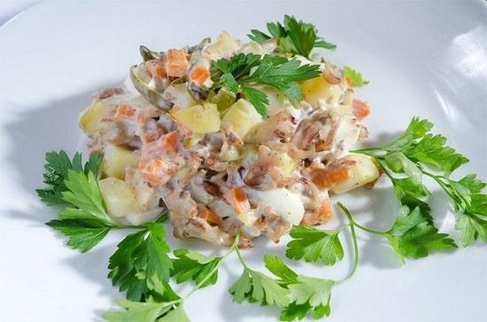 Салат столичный с солеными огурцами