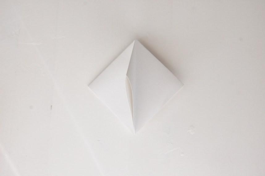 DIY Papirdiamant klap de fire folder sammen saa der dannes 8 smaa folder