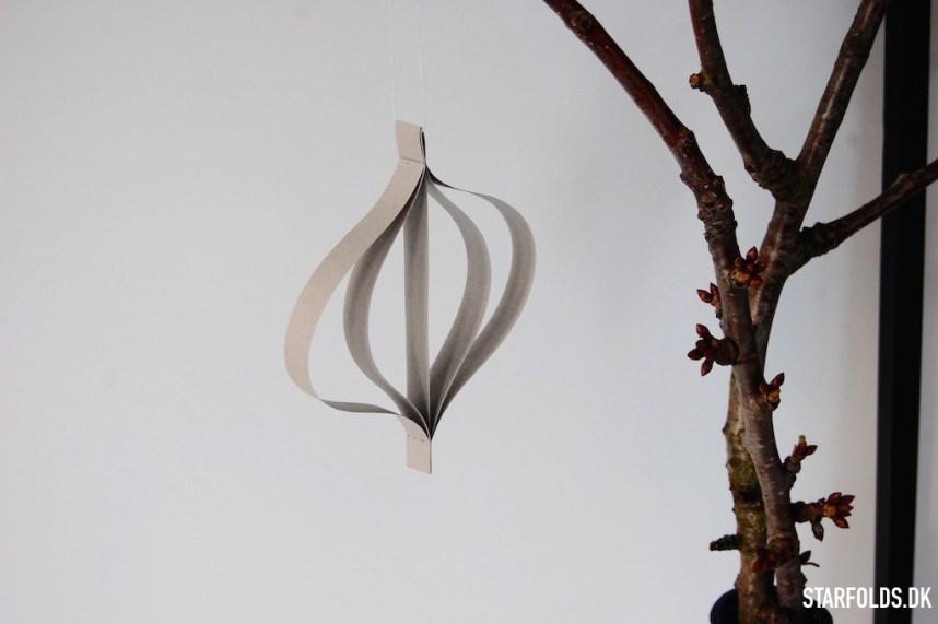 DIY papirophæng i grånuancer på frugtgrene