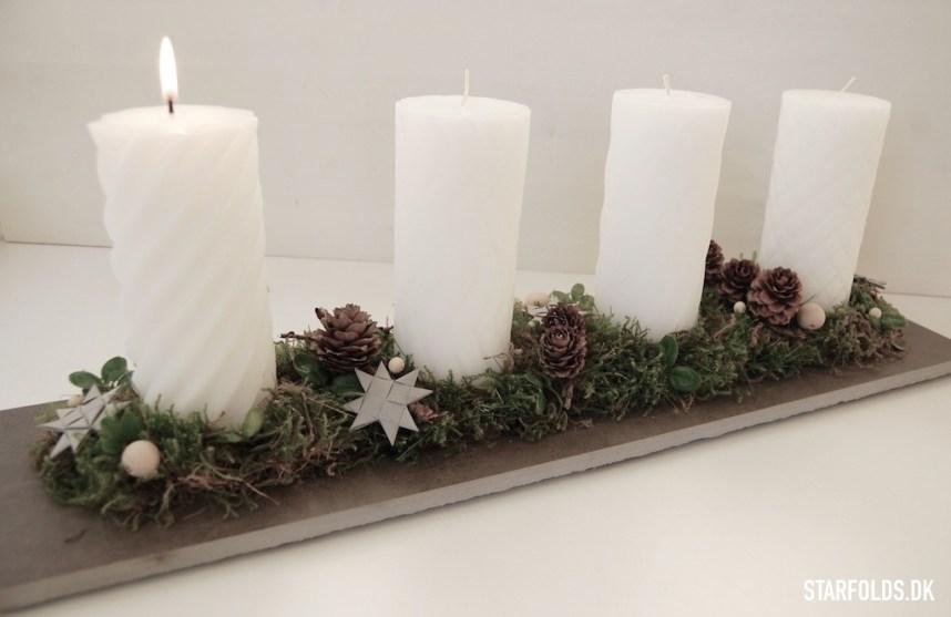 Dekoration med adventslys og julestjerne flet