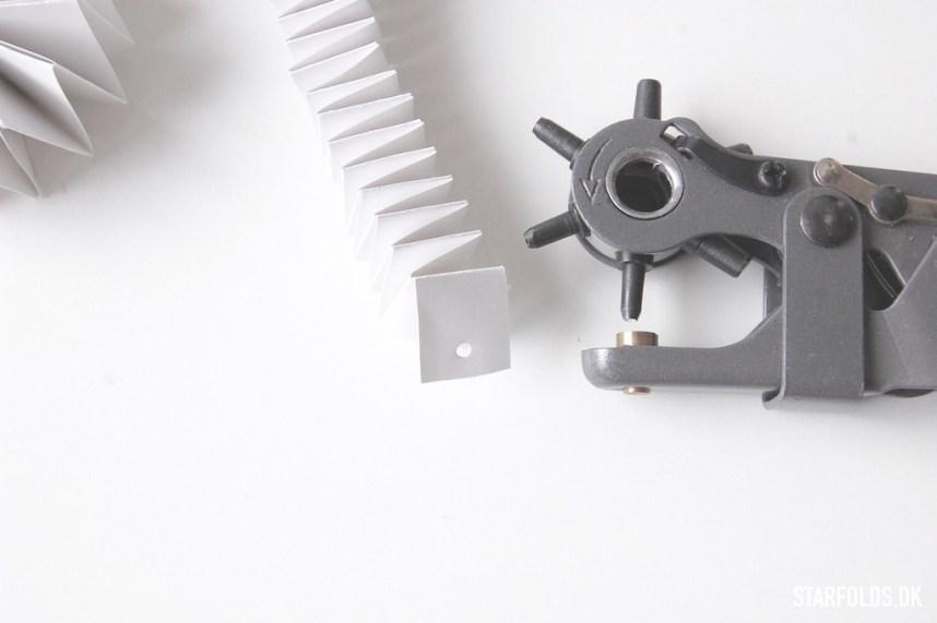 DIY Snehvide ophæng i papir - montering af snor