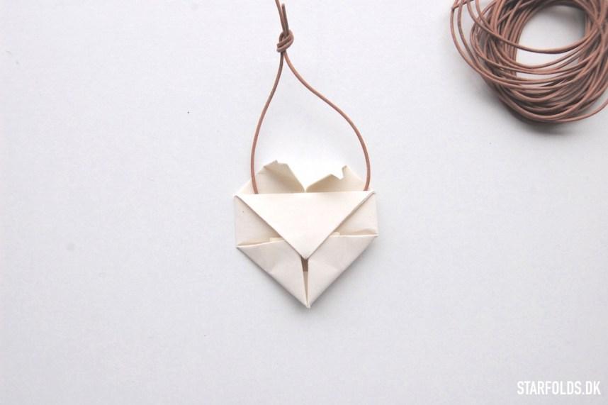DIY origami hjerter i papir sådan monterer du læder snoren