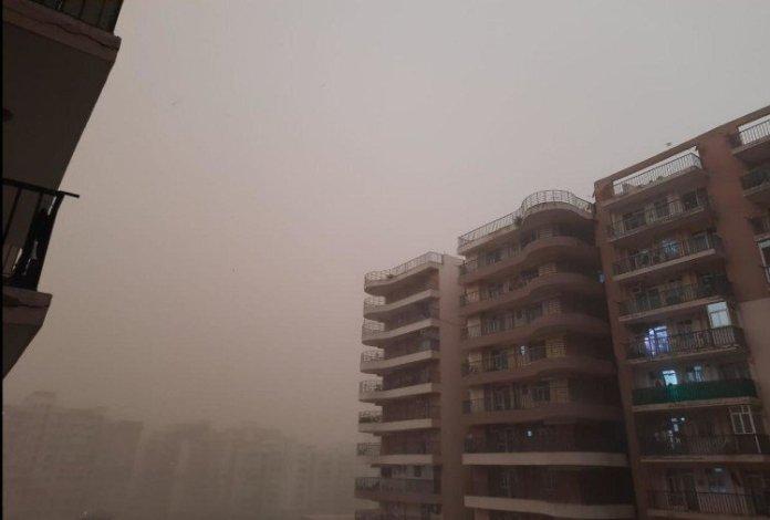 दिल्ली एनसीआर में रविवार सुबह अचानक मौसम बदल गया