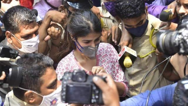 रिया चक्रवर्ती की शिकायत पर सुशांत की बहन प्रियंका, डॉ तरुण के खिलाफ बांद्रा पुलिस ने दर्ज की FIR, मगर केस की जांच करेगी CBI, जानें कैसे