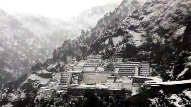 माता वैष्णो देवी मंदिर में हुई मौसम की पहली बर्फबारी, श्रद्धालुओं ने जमकर किए मजे, देखें VIDEO