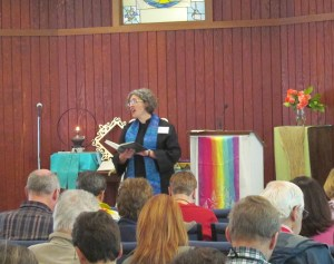 Rev. Darcy Baxter leads the hymn.