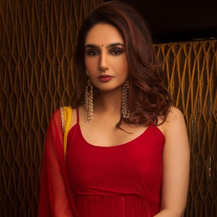 Ragini Dwivedi Height, Weight, Age, Affairs, Wiki & Facts