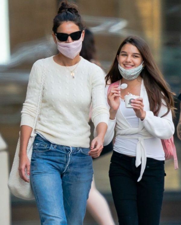 Suri-Cruise-with-her-mother-Image